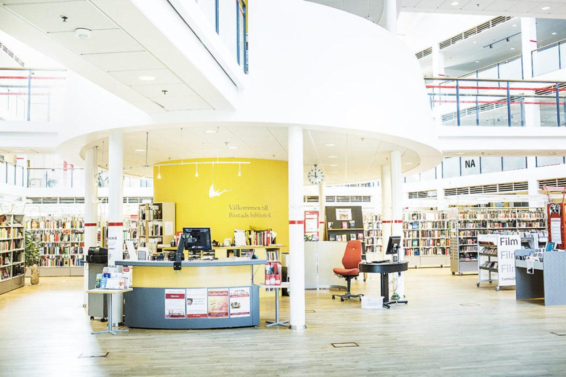 Driven personal väcker besökarnas läslust på Båstad bibliotek