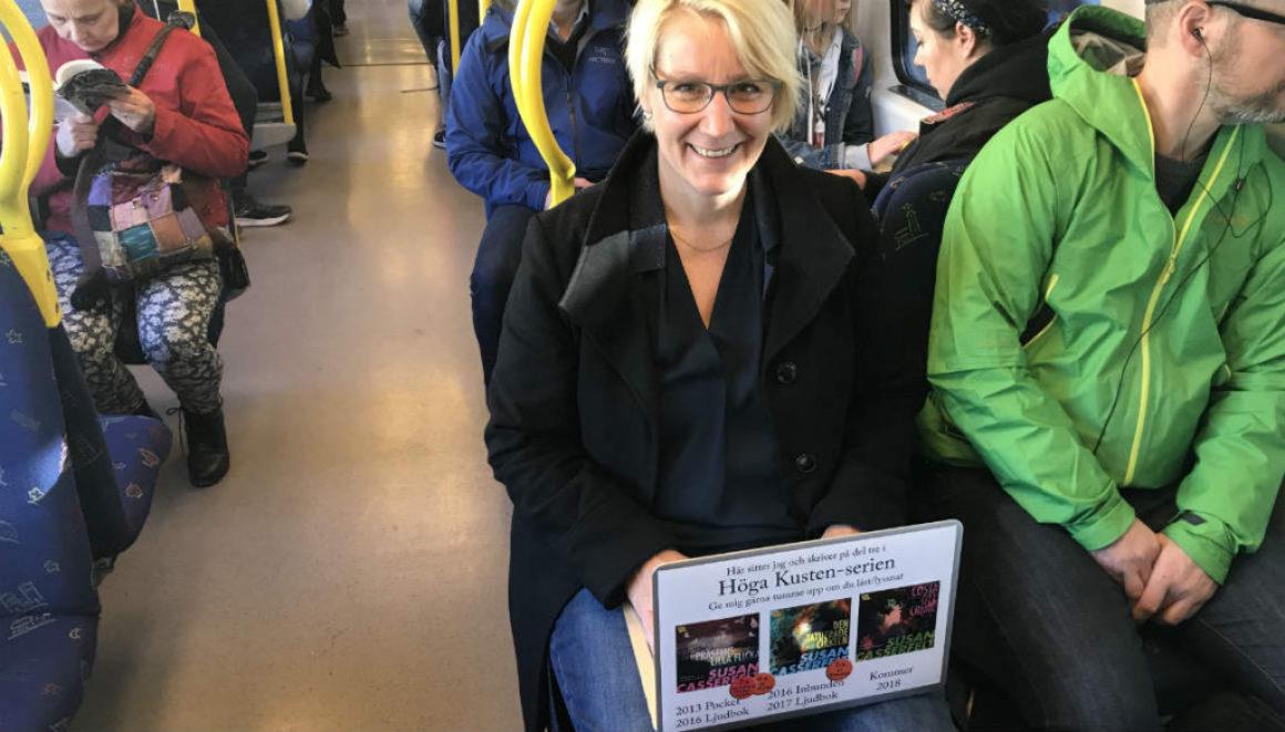 Hon marknadsför sina böcker i tunnelbanan med hjälp av en laptop