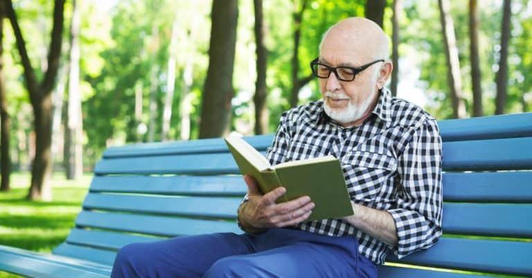 Läsare lever två år längre än icke-läsare – böcker bättre än tidningar