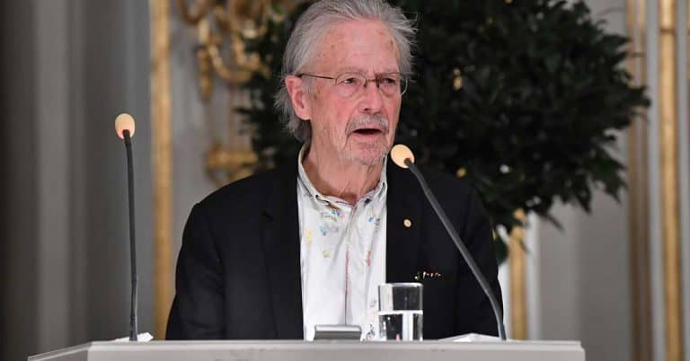 Protester väntar när Peter Handke får Nobelpriset