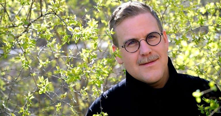 """Adam Svanell skriver om ett sjukt arbetsliv i boken """"Anonyma prestationister"""""""