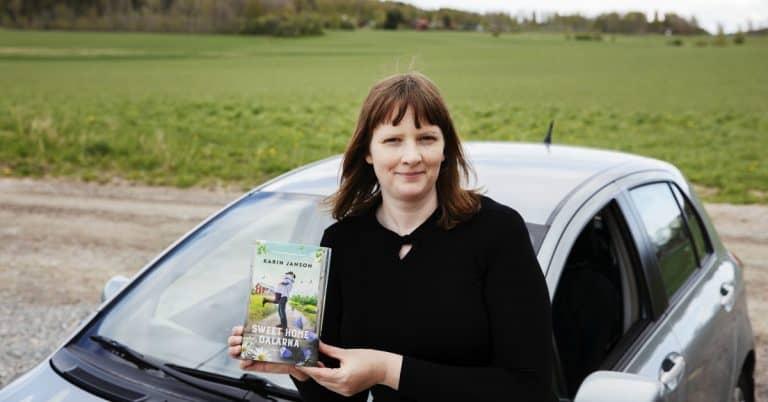 Författaren Karin Janson kör ut böcker till läsare i Dalarna
