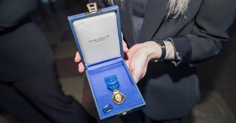 Jonas Ellerström, Ingrid Carlberg, Leif GW och Barbro Lindgren får medalj av kungen