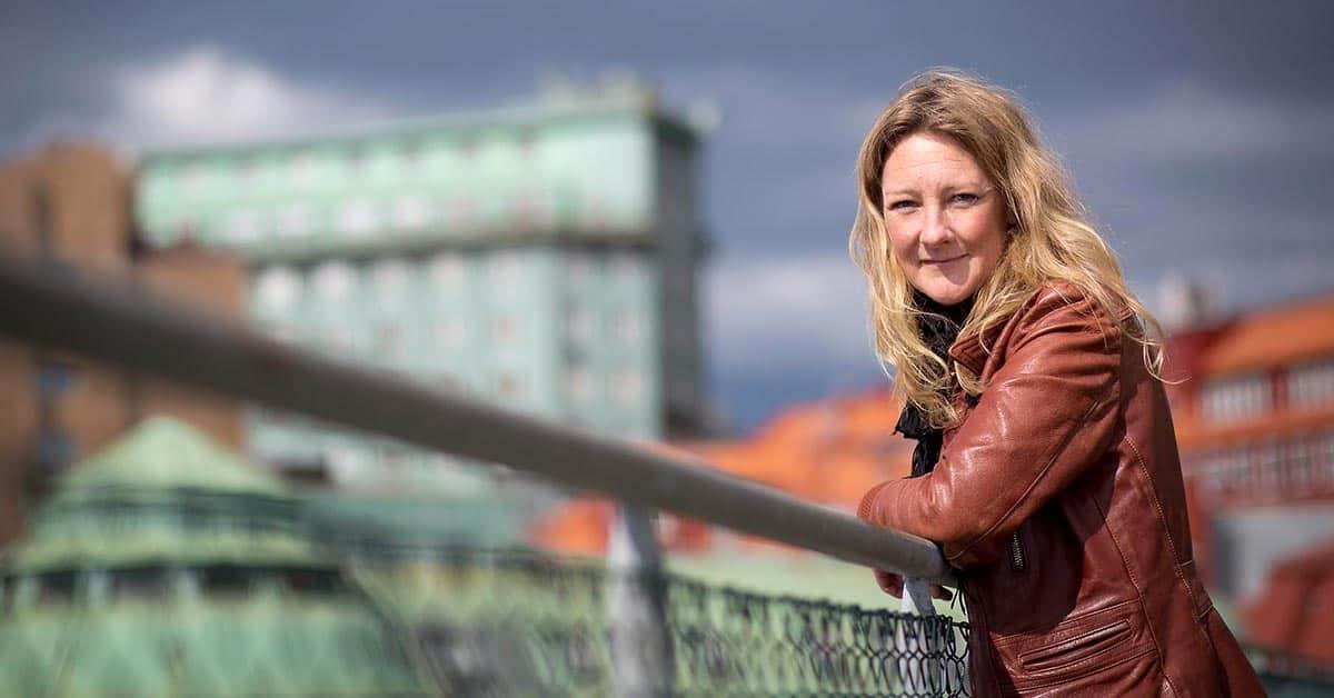 Johanna Bäckström Lerneby skrev Familjen som legat etta på topplistan i tre månader.
