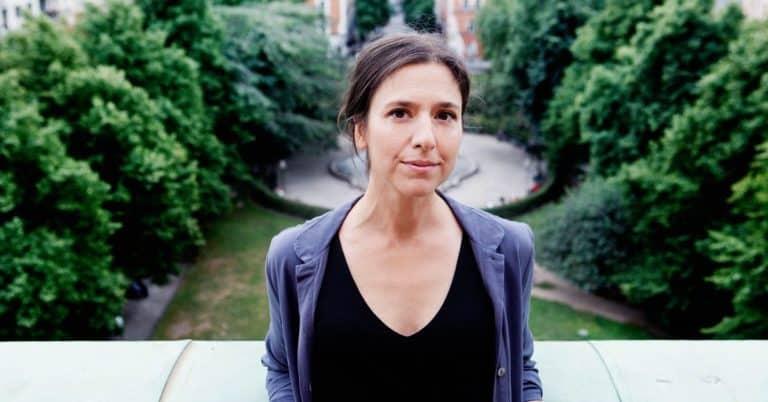 Philomène Grandin skriver om sin uppväxt som dotter till Izzy Young