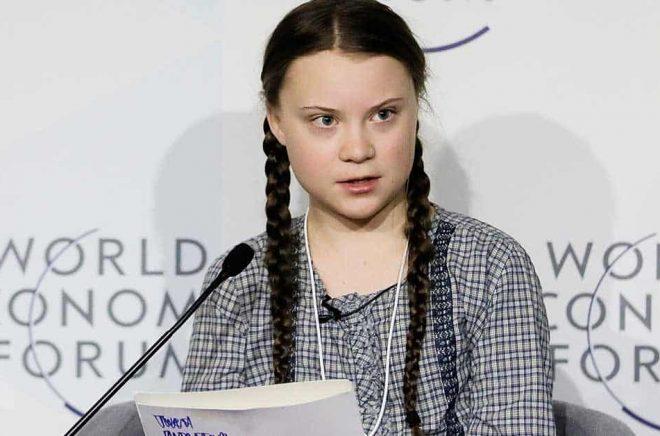 Greta Thunberg under ett av talen som finns i boken. Arkivbild: Markus Schreiber/AP/TT.