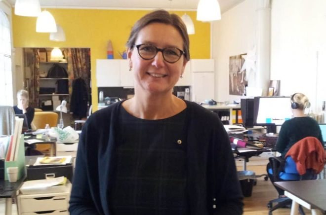 Camilla Adolfsson är frilansade konsult, och tar uppdrag som produktionsledare eller koordinator för den grafiska produktionen.