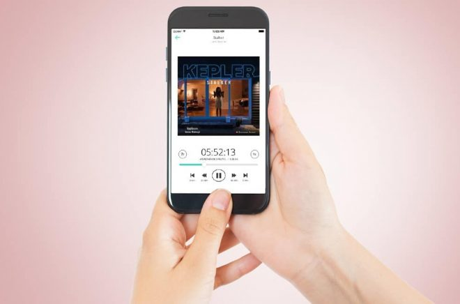 Adlibris Letto-app på iPhone funkar bra att läsa i, däremot kan man inte köpa eböcker i appen på grund av Apples krav. Foto: Fotolia, montage: Boktugg