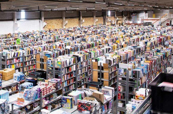 Adlibris lager i Morgongåva rymmer över 150 000 titlar. Just nu fyller man på med extrapersonal inför Black Friday och julhandeln. Foto: Adlibris.