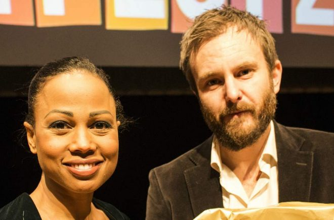 Kulturminister Alice Bah Kuhnke lämnade över Katapultpriset till årets pristagare Linus de Faire under Littfest i Umeå. Foto: Peo Rask