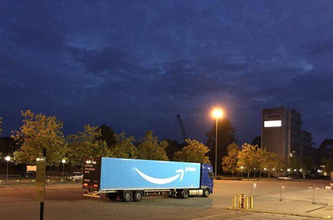 En lastbil från Amazon i Berlin. Amazon har tretton lager i Tyskland, det som är närmast Sverige ligger utanför Hamburg. En del tror att Amazon lanseras i Sverige till Black Friday 2019. Foto: Cineberg, iStock.
