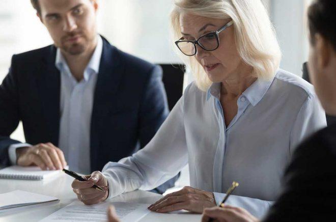 Ska du anställa nya medarbetare eller avsluta en anställning? Då gäller det att hålla koll på alla regler. Vi har hittat tio böcker om löner, förmånger, anställningsavtal, arbetsmiljö och mycket mer. Foto: iStock.