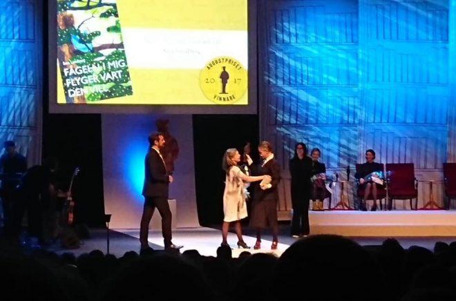 Augustpriset 2017. Vinnaren i barnboksklassen Sara Lundberg kramar om den läsare som presenterat hennes bok för publiken i Konserthuset. Foto: Boktugg
