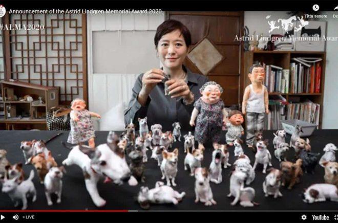 Almapriset 2020 (fem miljoner kronor i prispengar) går till den sydkoreanska barnboksillustratören Baek Heena. Foto: Skärmdump av livesändning.