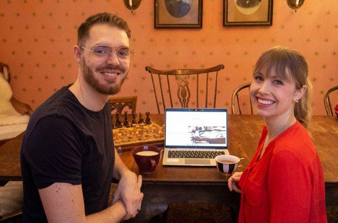 Daniel Persson och Rebecka Sandqvist har startat plattformen Skrivcafé. Foto: Privat