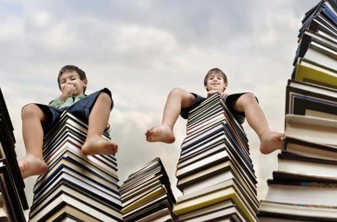 Många böcker blir det. Om man antar att varje bok är i genomsnitt 15 mm tjock och lade ett ex av varje egenutgivent titel i USA 2018 så skulle boktraven bli 23,2 km hög. Foto: iStock.