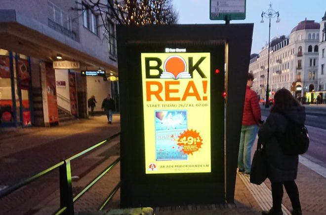 BOKREA utropar stortavlorna just nu (som här på Järnvägsgatan i Helsingborg). Under några dagar är det högtryck i bokhandeln. Men samtidigt är det rea på hela bokhandlar som gått i konkurs eller är till salu. Foto: Sölve Dahlgren.