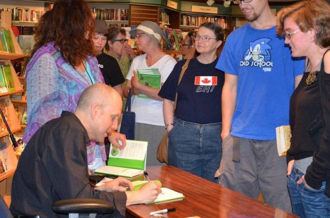 Författaren Jim Ottaviani signerar sin bokPrimates. Foto: iStockphoto.