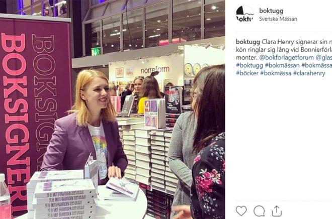 En av de författare som hjälpte Bonnierförlagen att slå försäljningsrekord på lördagen var Clara Henry. Foto: Conny Palmkvist