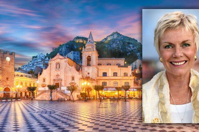 Författaren Disa Åberg är död. Hennes sista bok utspelade sig på Sicilien där hon bodde och jobbade under en tid. Foto: Per Björn. Bakgrundsbilden (från staden Taormina på Sicilien, en av Disas favoriter): iStock.