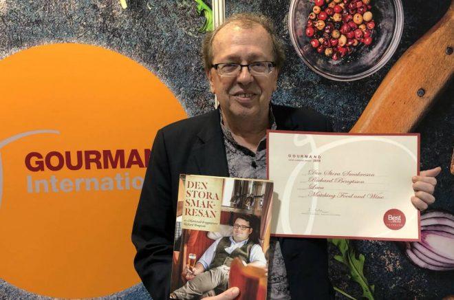 Edouard Cointreau, grundare av Gourmand Awards, med boken Den stora smakresan av Richard Bengtsson och Anette Rosvall. Foto: Anders Oskal