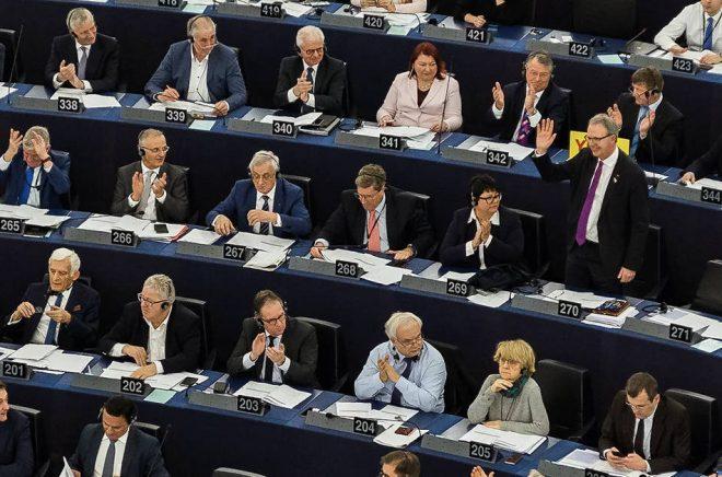 Föredragande Axel Voss tar emot applåder efter votering. Foto: Herman Caroan, ccby.