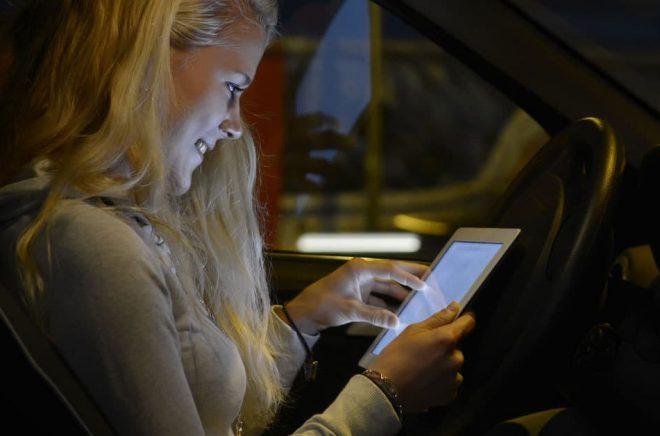 Parkera bilen innan du läser vidare i den spännande boken. Från 1 februari 2018 är det förbjudet att använda mobilen när du kör, vilket inkluderar att läsa eböcker. Foto: Fotolia.