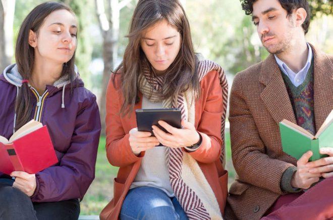 Två av tre föredrar att läsa på papper framför skärm, enligt undersökning av pappersindustrin. Foto: Fotolia.