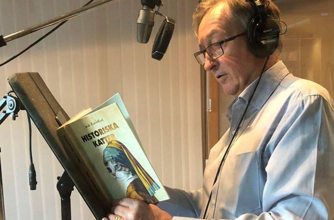 Erik Fichtelius läser själv in sin storsäljare Historiska Katter som ljudbok åt Bokförlaget Langenskiöld.