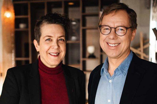 Eva Gedin, VD Norstedts förlagsgrupp välkomnar Norstedts nya förlagschef Patrik Hadenius. Foto: Kajsa-Göransson.