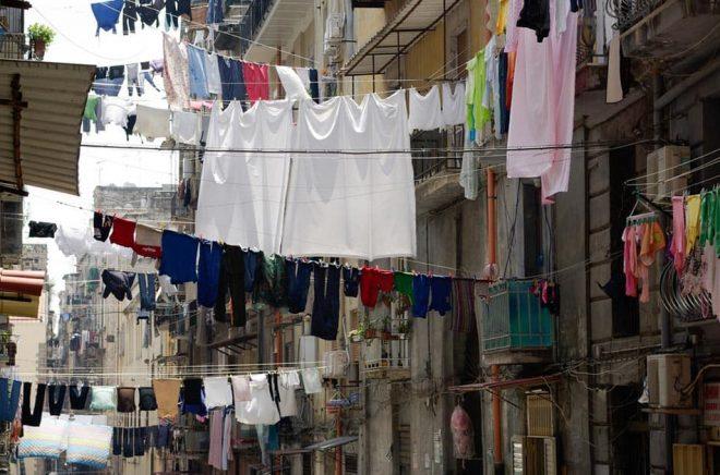 Att hänga tvätt över gatorna är en tradition i Neapel och något som karaktäriserar staden där flera av författaren Elena Ferrantes böcker utspelar sig.  Foto: iStock.