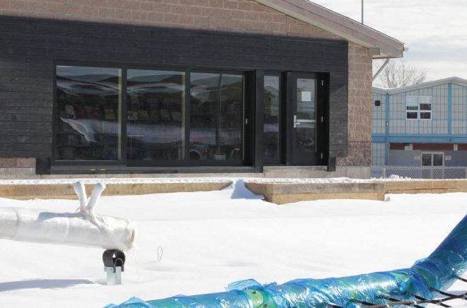 Med ett stort glasparti i form av skjutdörrar så ska biblioteket kunna öppnas upp mot utomhusdelen där det blir både plats för läsning och lek. När vädret blir varmare. Just nu är det snö utanför Dartmouth North Public Library i Halifax, Kanada, stå klar. Foto: Halifax Public Libraries.