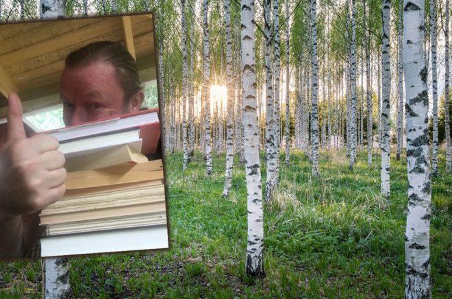 Hans-Olov Öberg tillsammans med en del av det bokberg han tänkt bestiga under sommarens läsning. Bakgrundsfoto: iStock.