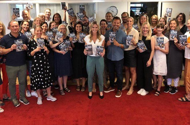 HarperCollins medarbetare - Team Emelie Schepp. Samarbetet fortsätter dock över nästa år också då sjätte boken i hennes serie släpps på HarperCollins. Men 2021 är Norstedts förlaget som ska ge ut hennes böcker. Foto: HarperCollins.