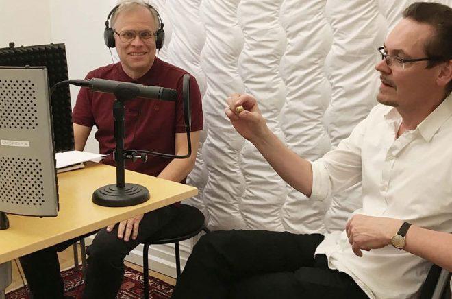 Programledaren för podcasten Historia Nu, Urban Lindstedt, intervjuar Bengt Liljegren.