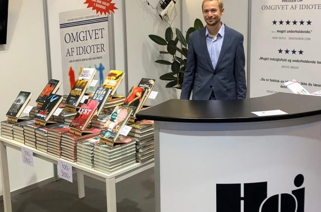 Julian Lundsgaard är en nyckelperson för Hoi Förlags danska satsning, här i montern på bokmässan Bogforum 2018.