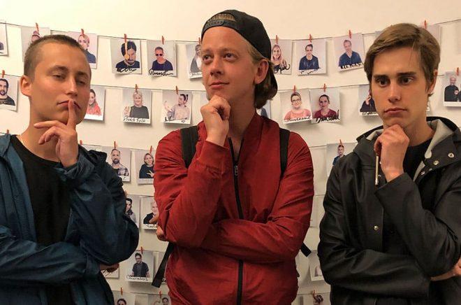 Emil Beer, Victor Beer och Joel Adolphson bildar humorgruppen IJustWantToBeCool som nu ska hjälpa Storytel att få fler barn- och ungdomar att upptäcka ljudböcker. Foto: Storytel.