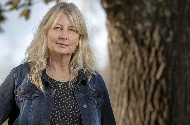 Karin Smirnoff får Studieförbundet Vuxenskolans författarpris 2020 för sina tre böcker om Jana Kippo. Foto: Pressbild/Polaris.
