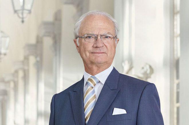 H.M. Konung Carl XVI Gustaf tar tag i Svenska Akademiens stadgar. Foto: Anna-Lena Ahlström Kungahuset.se
