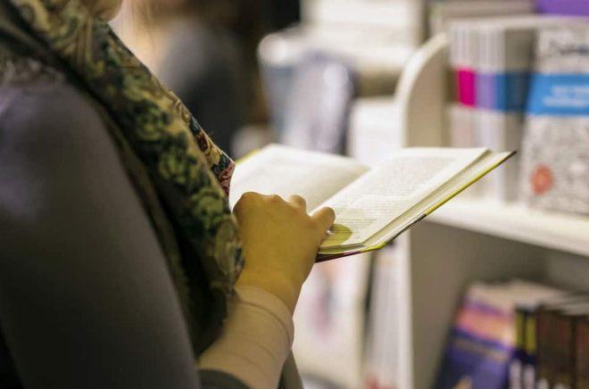 Fortfarande är det många som vill bläddra i och känna på böcker innan de handlar. Foto: Fotolia.