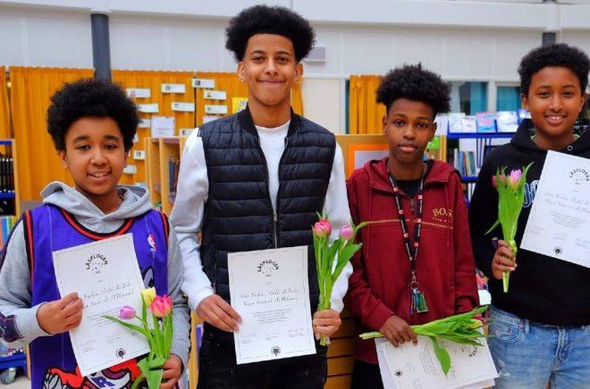 Fyra killar i åttonde klass på Enbacksskolan i Tensta prisas för sin poesiläsning. Foto: Textpiloterna/Läsplogen