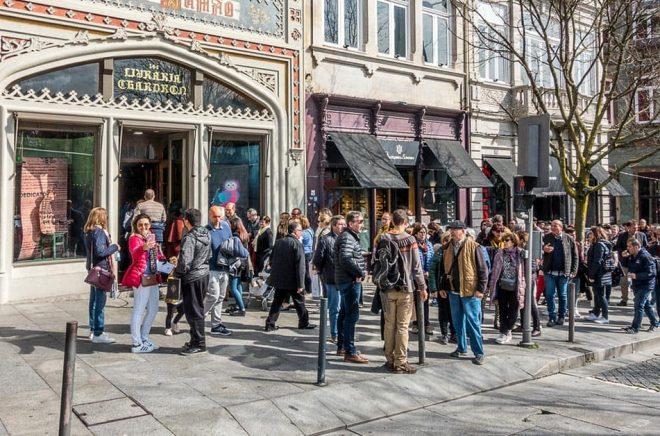 Bokhandeln Livraria Lello i Porto har funnits sedan 1906 och har blivit en turistattraktion eftersom den påstås ha inspirerat JK Rowling till Harry Potter. Här i mars 2019, köar folk för att betala för att besöka bokhandeln. Men nu dödar JK Rowling myten - hon har aldrig besökt bokhandeln. Foto: Gordon Bell Photography/iStock.