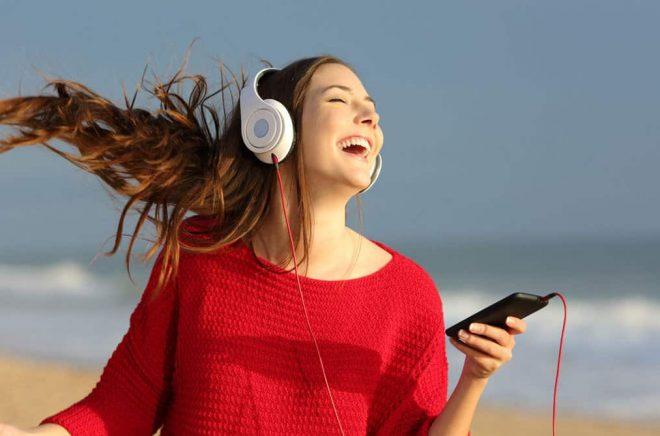 Glad ljudbokslyssnare. Foto: iStock