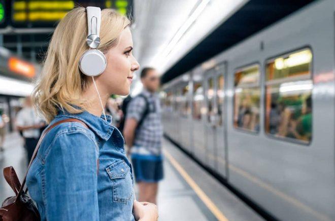 Att lyssna på ljudböcker till och från jobbet har blivit en ny folkrörelse, menar Storytel som tycker att man ska se det positiva i en ökad konsumtion av böcker i mobilen och därmed hitta en framtidssäkrad affärsmodell för digitala böcker. Foto: iStock.