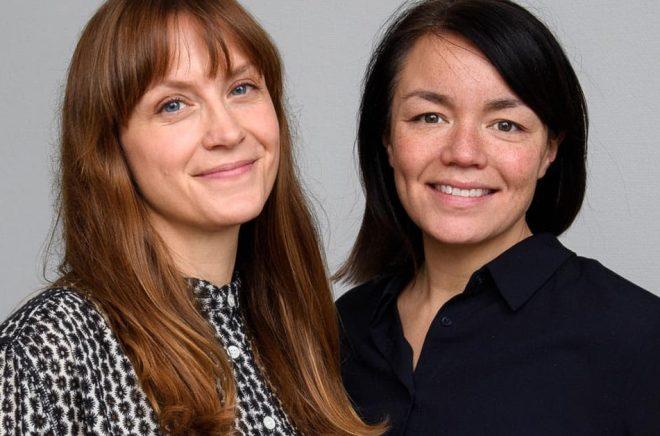 Maja Lindqvist blir ny publicistisk chef för barn- och ungdomsböcker på Strawberry förlag, Rebecka Leffler, VD är nöjd med rekryteringen. Foto: Stefan Tell.