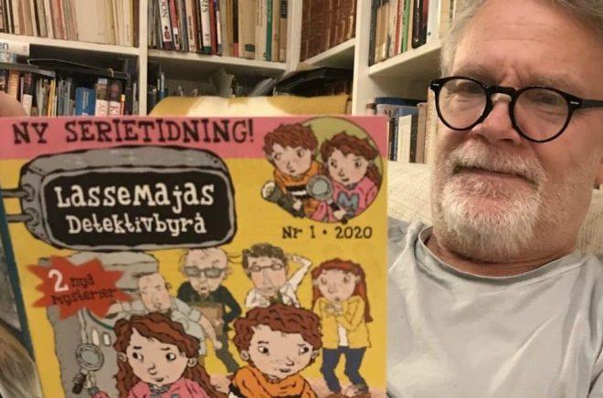 Martin Widmark med den första LasseMaja-tidningen. Foto: Johannes André