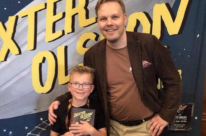 Författaren Michael Wiander tillsammans med en ung läsare i samband med releasen av den senaste boken i hans äventyrsserie Dexter. Foto: Michael Wiander.