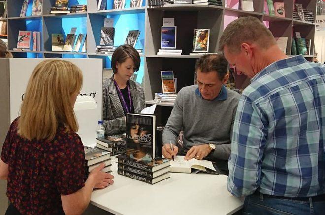David Lagercrantz signerar sin nya bok på Bokmässan 2017. Foto: Boktugg.
