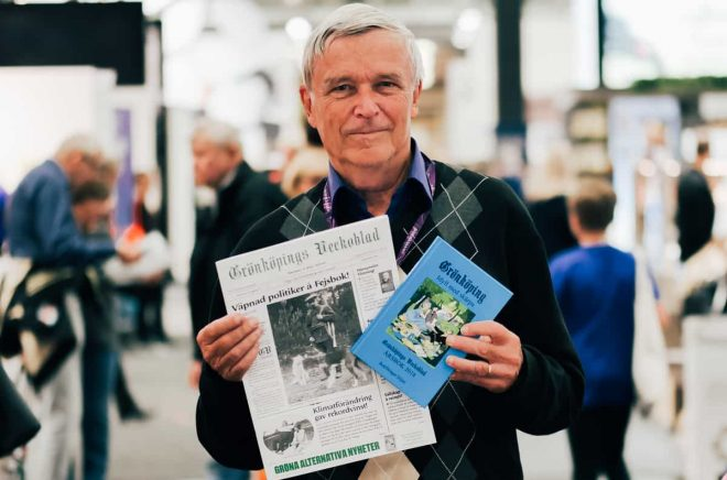 Rolf Christerson med både samlingsvolym och ett nummer av Grönköpings Dagblad.