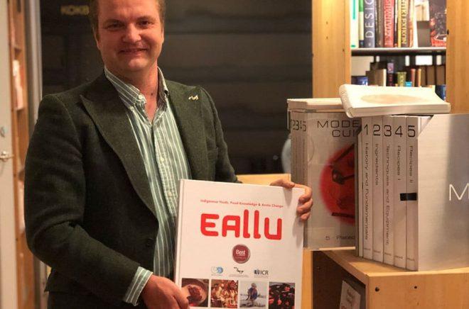 Pelle Agorelius i universitetsbiblioteket med en kokbok som ligger honom varmt om hjärtat.